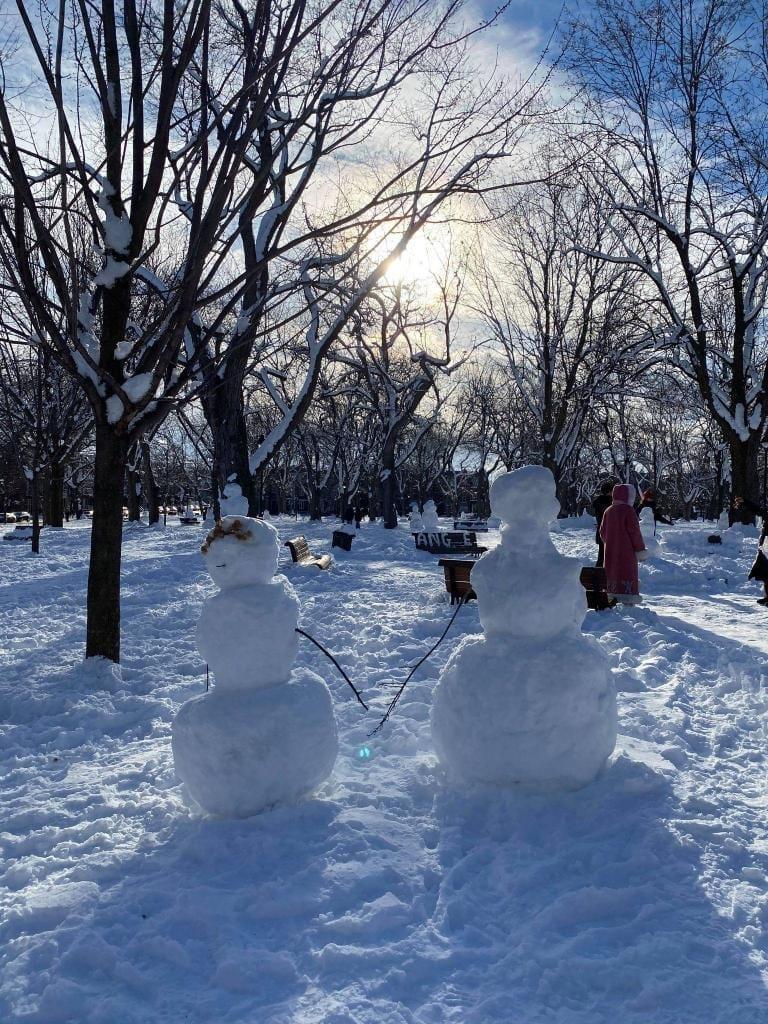 Deux bonhommes de neige du Parc Laurier du secteur du Plateau Mont-Royal