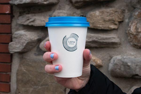 Tasse de café du Lapin Pressé, un commerce de quartier du Petit-Laurier