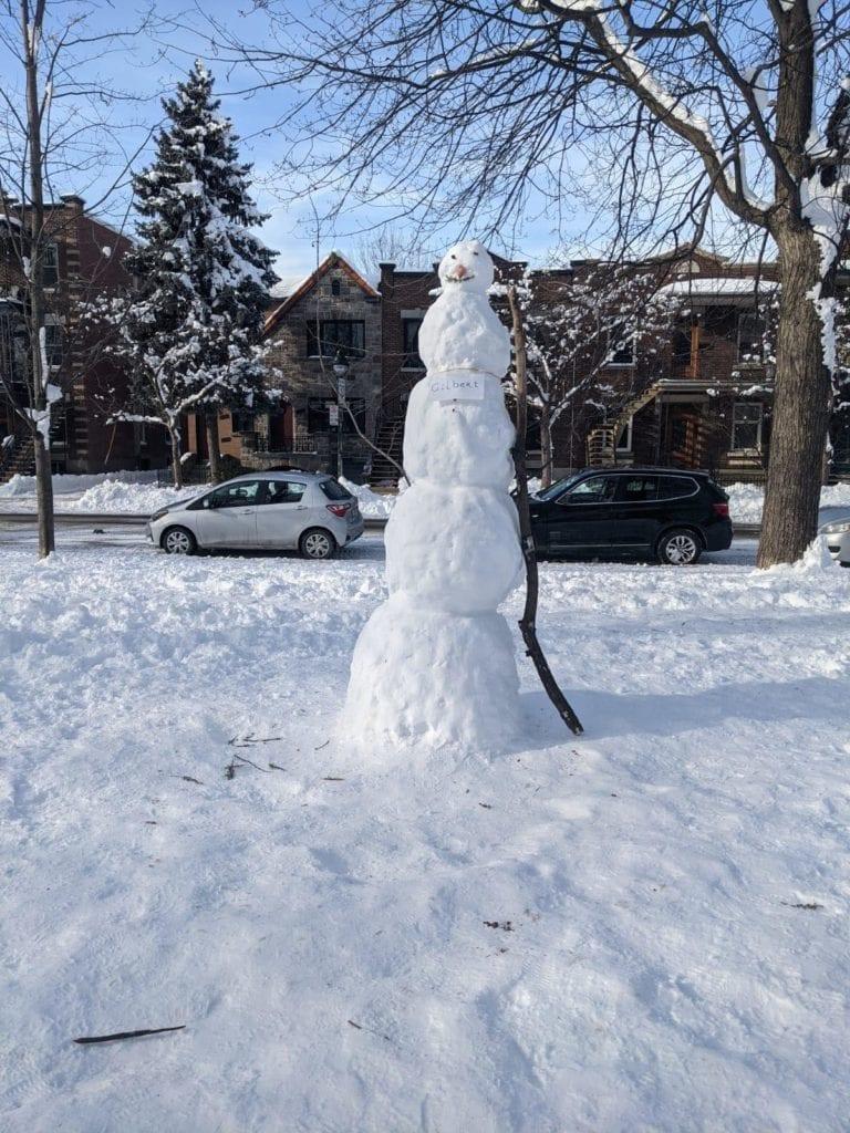 Un très grand bonhomme de neige fait de 5 boules au Parc Molson