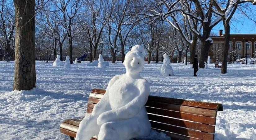 Femme bonhomme de neige sur un banc du Plateau Mont-Royal