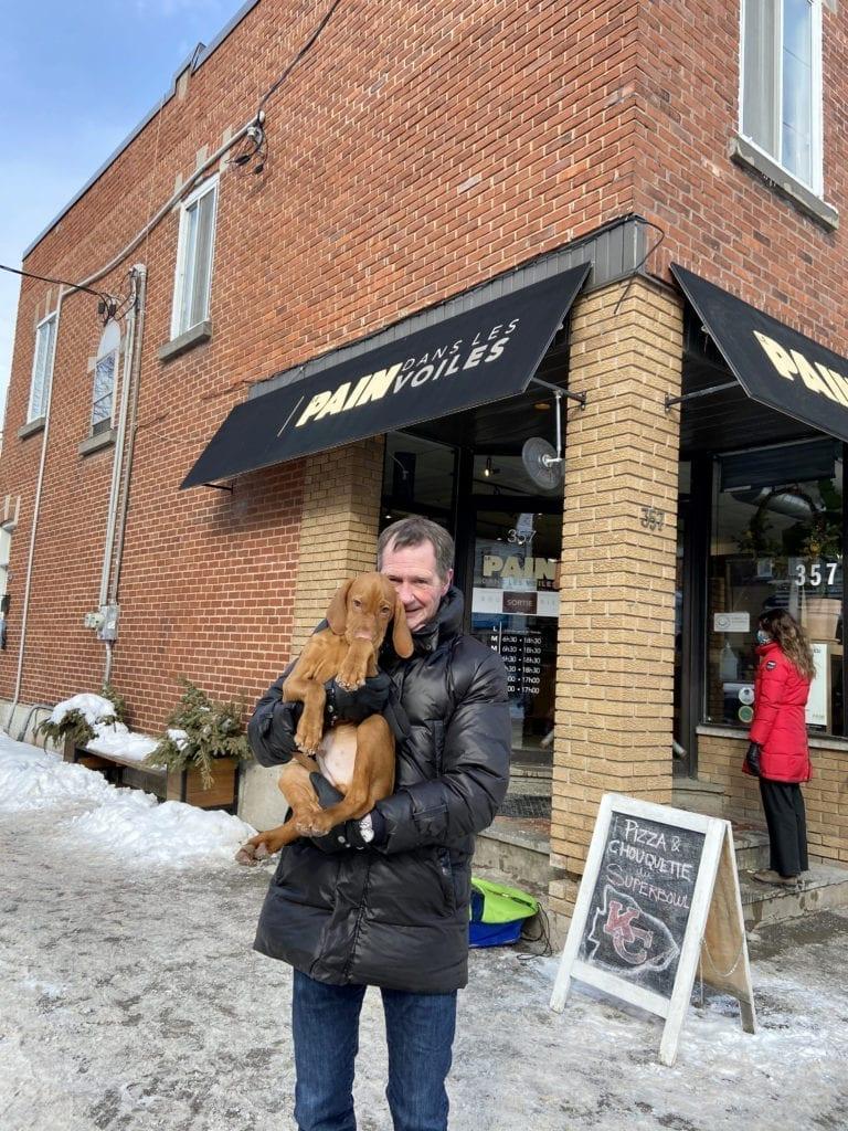Courtier Immobilier Pierre Viens avec son chien Charlie à Villeray devant le Pain Dans les Voiles