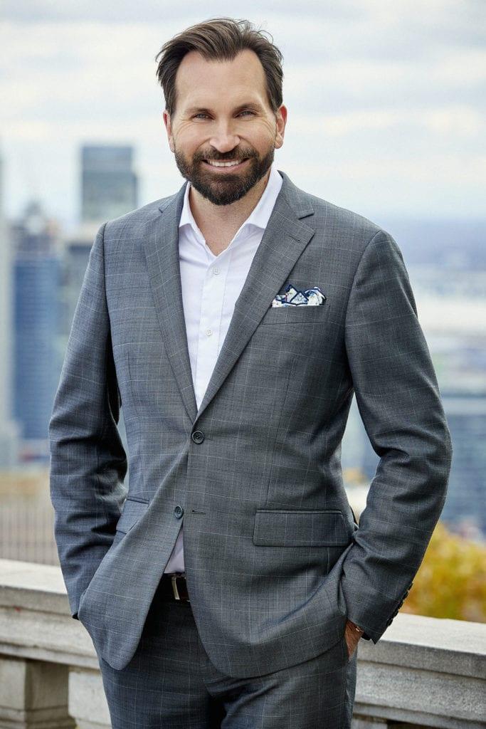 Yanick E Sarrazin Courtier Immobilier avec Montréal en fond